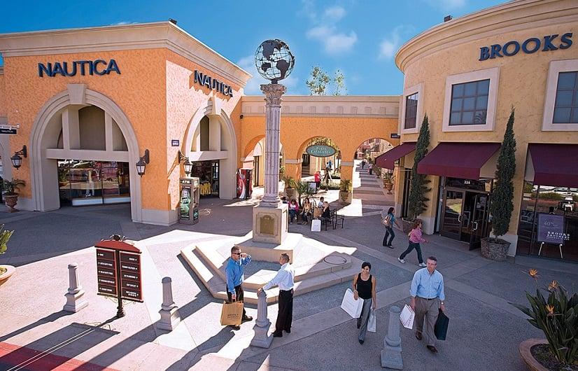 Turistas no outlet Las Americas Premium em San Diego
