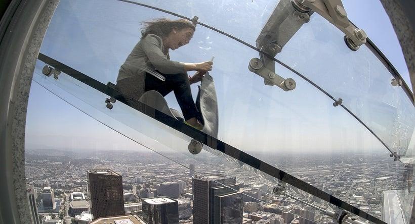 Descida em tobogã de vidro no prédio mais alto de Los Angeles