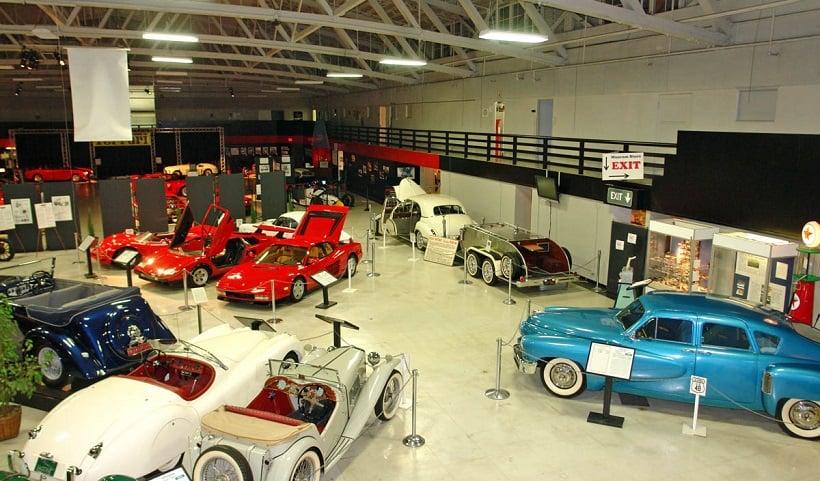 Carros e motos no San Diego Museum
