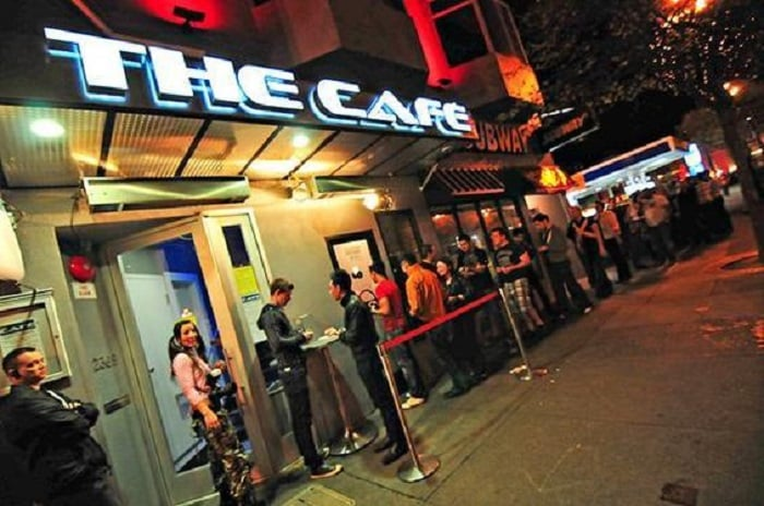 Balada The Café no bairro Castro em San Francisco