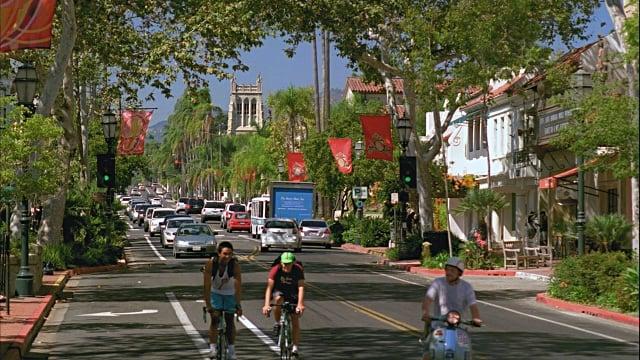 Passeio pela rua State Street em Santa Bárbara