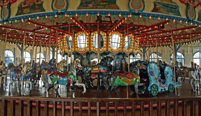 Carrossel no Looff Hippodrome em Santa Mônica