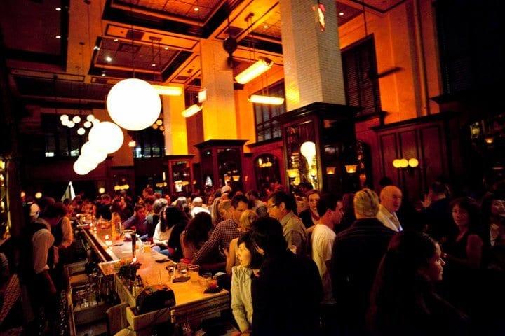 Agito em um dos badalados bares e pubs de Santa Mônica
