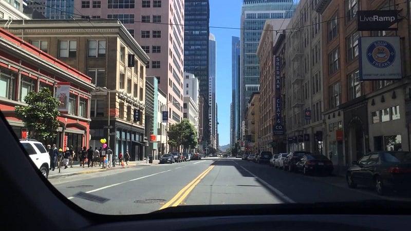 Serviço de aluguel de carro em uma viagem de San Francisco à Santa Bárbara