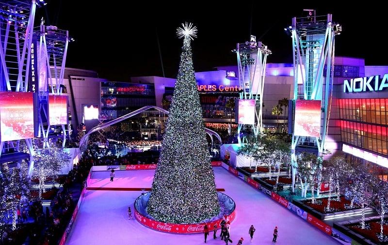 Rink de patinação no gelo no LA. Live durante o Natal em Los Angeles