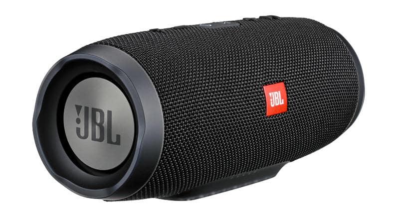Comprar caixa de som JBL na loja de eletrônicos Fry's em San Francisco