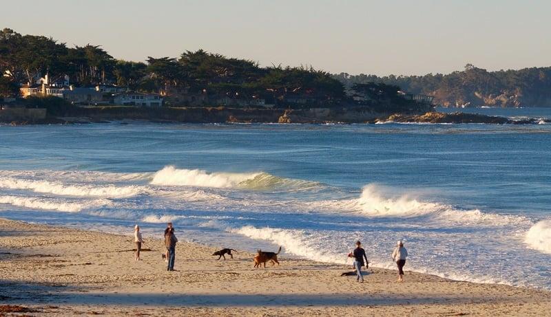 Se divertir na praia de Carmel-by-the-Sea
