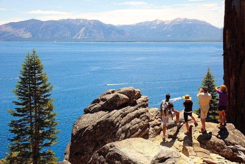 Contorno do lago e mirantes em South Lake Tahoe