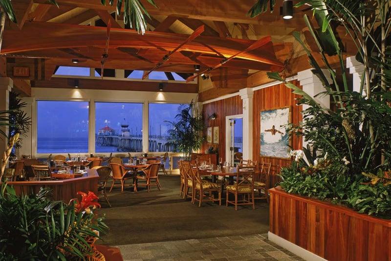 Noite nos restaurantes em Huntington Beach