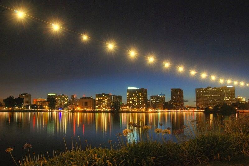 Noite no bairro Lake Merritt em Oakland