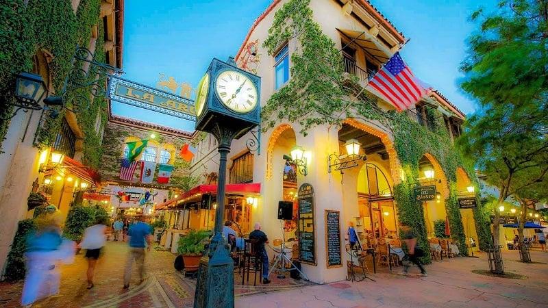 Noite na State Street em Santa Bárbara