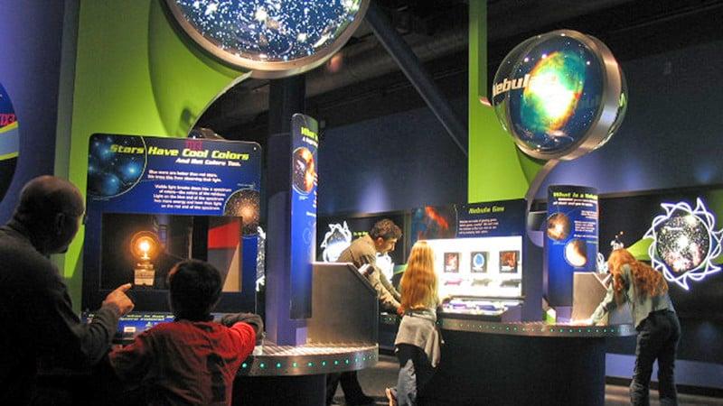 Chabot Space & Science Center com crianças em Oakland
