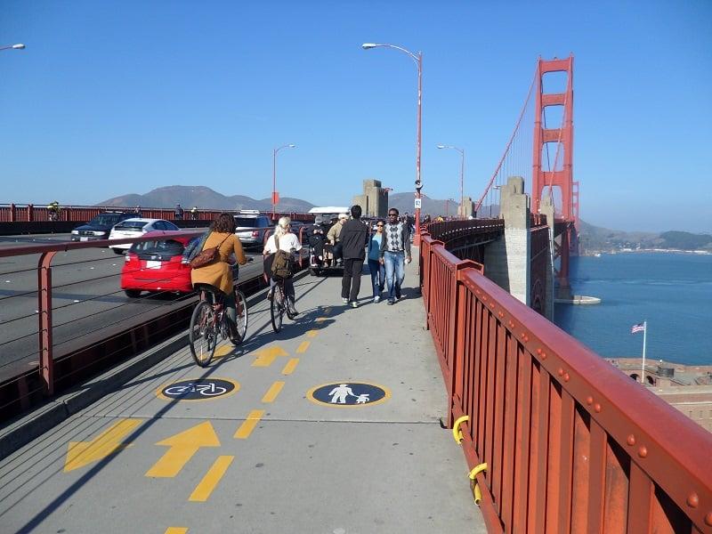 Bike na travessia da Golden Gate Bridge com criança em Sausalito
