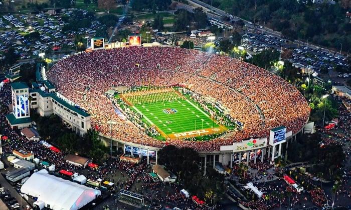 Jogo no Rose Bowl Stadium com crianças em Pasadena