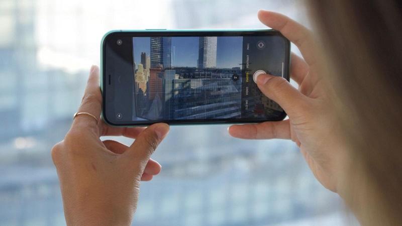 Pessoa fotografando com iPhone 11