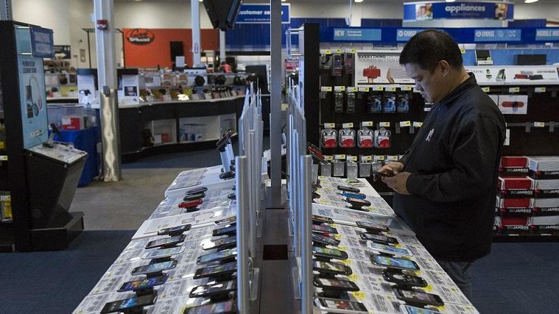 Pessoa comprando celular na Best Buy