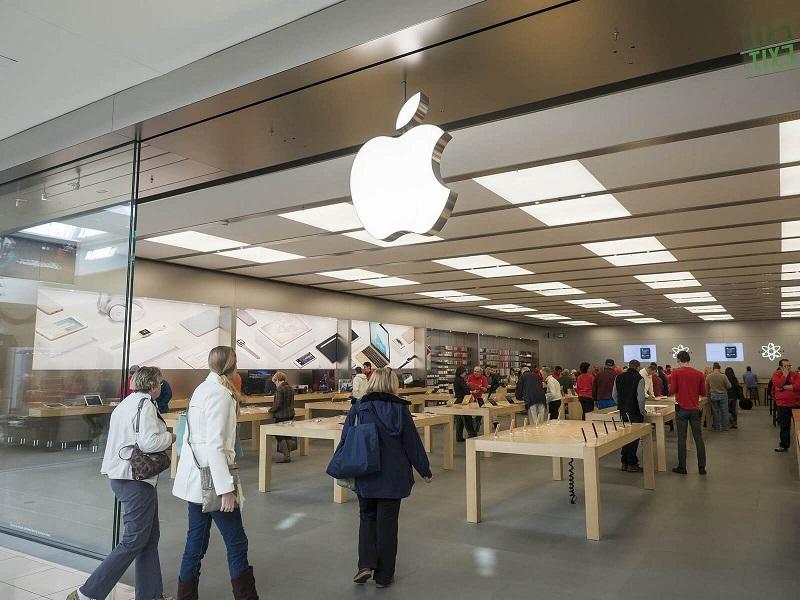 Pessoas visitando Apple Store na Califórnia